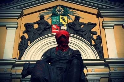 Andrés Bello encapuchado, frontis casa central Universidad de Chile en torno a movilizaciones estudiantiles, Canon rebel xs, lente 18-55mm. 2013.