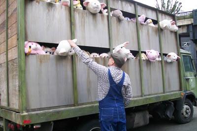 Camión de peluches de animales en protesta por Banksy