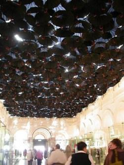 Instalaciones Artísticas en un Centro Comercial - Paraguas Colgantes
