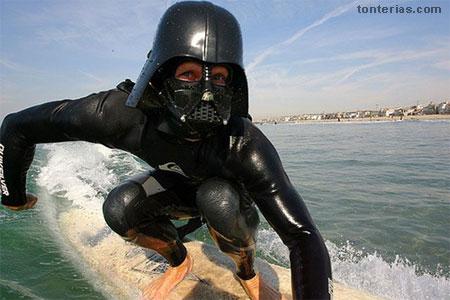 Campeonato de Surf en Santa Mónica por Halloween- Surfista disfrazado de Darth Vader