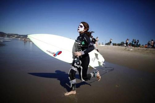 Campeonato de Surf en Santa Mónica por Halloween- Surfista disfrazado de Esqueleto