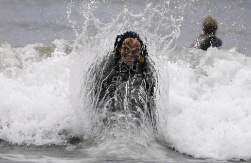 Campeonato de Surf en Santa Mónica por Halloween- Surfista disfrazado de Zombie