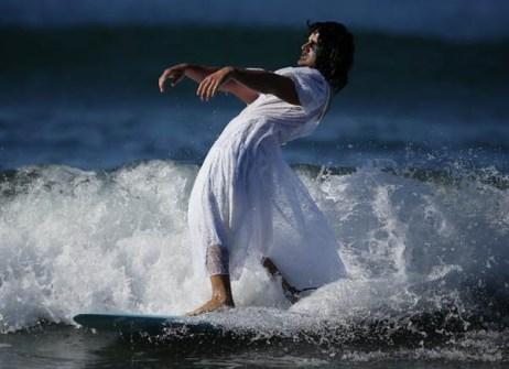 Campeonato de Surf en Santa Mónica por Halloween- Surfista disfrazado de