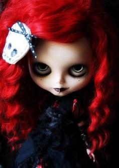 Blythe con estilismo gótico