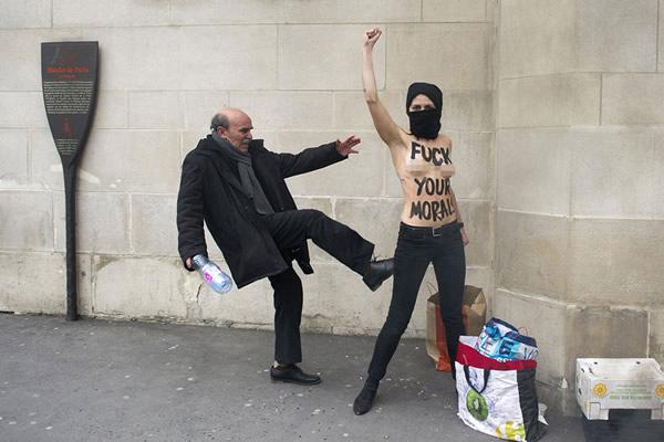 Las Imágenes más Sobrecogedoras de 2013 - Activista feminista en topless agredida en París