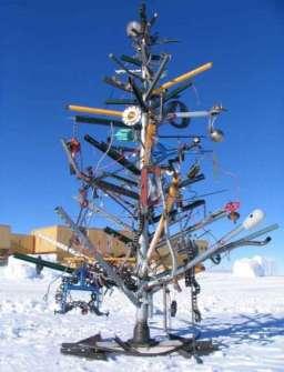26 Árboles de Navidad Diferentes - Árbol de Navidad hecho con chatarra