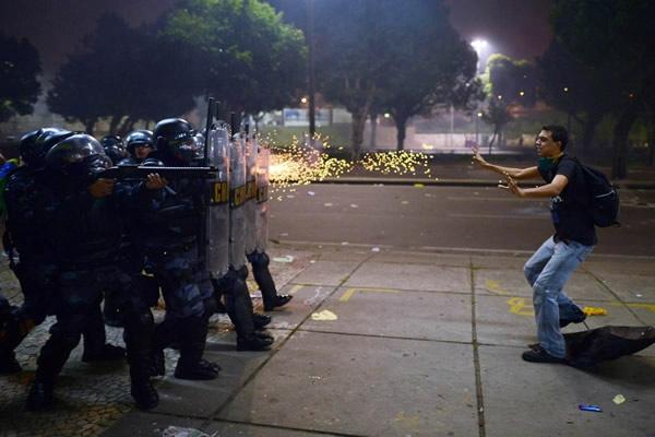 Las Imágenes más Sobrecogedoras de 2013 - Disparos contra un manifestante en Río de Janeiro, Brasil.