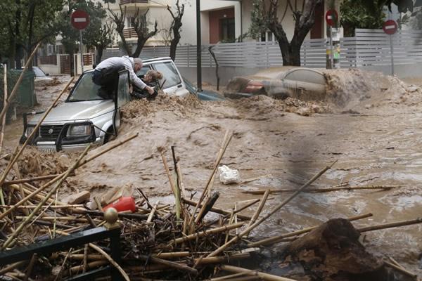 Las Imágenes más Sobrecogedoras de 2013 - Inundaciones en Atenas.
