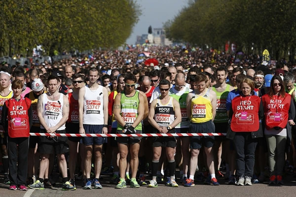 Las Imágenes más Sobrecogedoras de 2013 - Silencio multitudinario antes de la Maratón de Greenich en contra del terrorismo