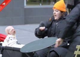 ¿Cómo Reaccionarías Tú al ver a este Bebé Diabólico en plena calle?