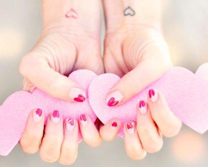 Detalles Geniales para San Valentín - Píntate las uñas con corazones