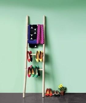 Trucos para Organizar Fácil tus Cosas - Escaleras como colgadores decorativos
