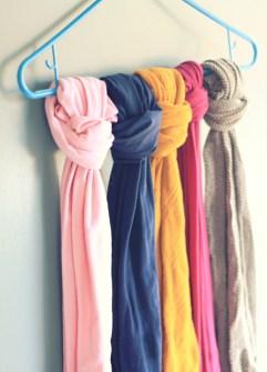 Trucos para Organizar Fácil tus Cosas - Usa una percha para colgar todos tus pañuelos y bufandas