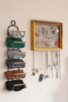 Trucos para Organizar Fácil tus Cosas - Usar un viejo revistero como organizador de bolsos