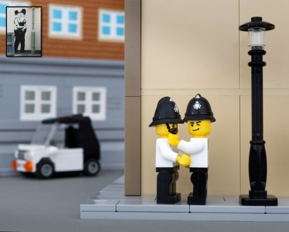 Fusión de Banksy y LEGO - Kissing Coppers