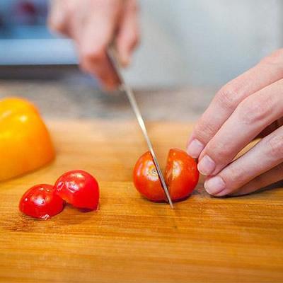 Cómo cortar tomates cherry