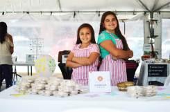 Fatima y Camila, dos hermanas emprendedoras, presentan sus productos en la feria #EmprendeKalu. / Fotografía: Revista Win
