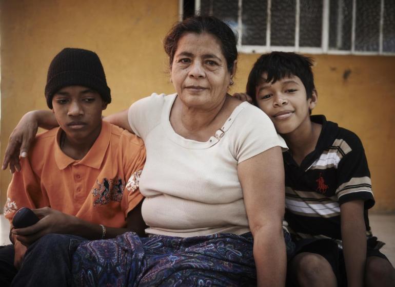 Rosa er 54 år gammel og fra El Salvador. Hun er i Tenosique, Tabasco i Mexico.  Rosa flyktet fra El Salvador med to av sine barnebarn, 14 og 16 år gamle. Gjenger, lokalt kjent som Maras, truet med å ta guttene og rekruttere dem. To av barnebarna hennes har blitt drept, mens en annen har blitt rekruttert til en gjeng.