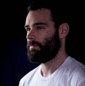Benoit Lemaire est brun aux yeux noir, il porte une barbe
