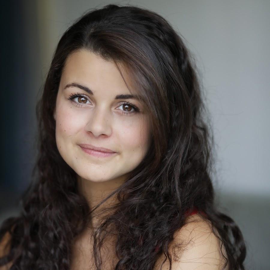 Il s'agit d'une photographie de l'actrice, brune aux yeux noisette.