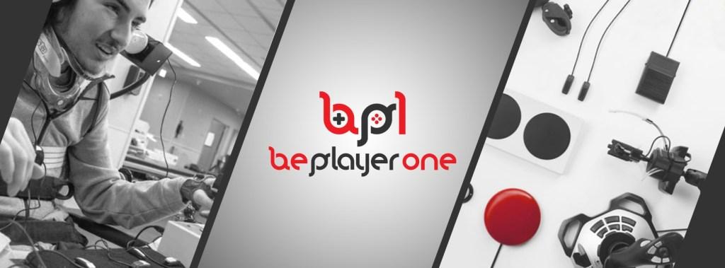 """Bannière de la société Be Player One, en noir et blanc, avec quelques touches de rouge. La bannière est divisée en trois parties par des barres latérales. Sur la première partie, un jeune homme situation de handicap joue au jeux vidéo dans un bureau. Il sourit. Sur la deuxième partie, le logo noir et rouge est affiché sur un fond gris. Il est constitué par les lettres de la franchise """"b"""", """"p"""", stylisées telles des consoles. Enfin, la troisième partie met en avant un outil informatique connecté. Le boîtier est blanc, il y a des boutons noirs et un bouton rouge. Il y a des câbles noirs. Source : Bannière de Be Player One, LinkedIN"""