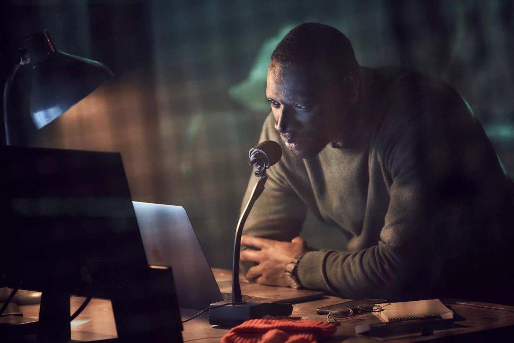 Assane, voleur patenté,  derrière des écrans et un ordinateur