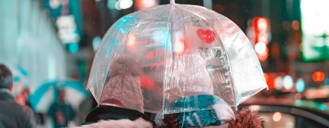 deux personnes sous un parapluie en ville