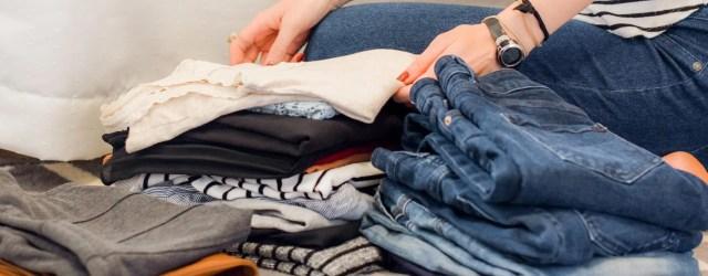 Femme qui range des vêtements