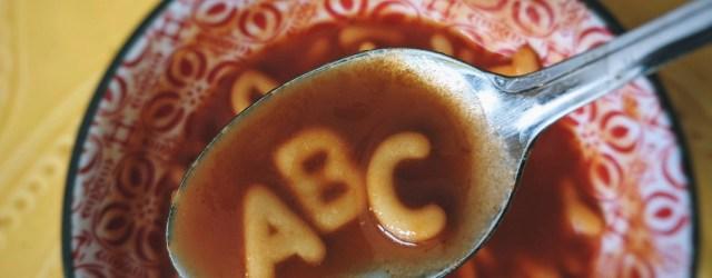 Lettres A B C en pâte dans un bol de soupe à la tomate