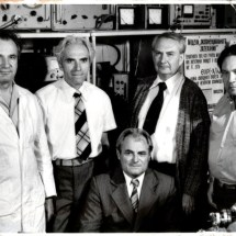 П. Мельник, М. Находкін, Г. Пікус, С. Левитський, Д. Городецький в лабораторії електронної спектроскопії, 80-ті роки