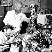 М. Находкін, Ю. Кринько в лабораторії електронної спектроскопії, 80-ті роки
