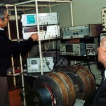 М. Ляшенко та В. Талалаєвський, лаб. радіоспектроскопії, квітень 2002 р.