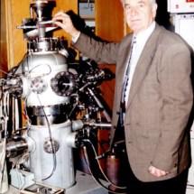 П. Мельник в лабораторії тунельної мікроскопії, 90-ті роки