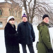 Проф. М. Гійо (Версальський університет, Франція), О. Попова та О. Нечипорук під час відвідання Києво-Печерської Лаври, 1997 р.
