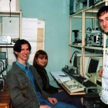 Є. Оберемок та студенти на лабораторних з квантової радіофізики, квітень 2002 р.