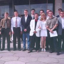 О. Нечипорук із студентами-випускниками кафедри 2002 р.