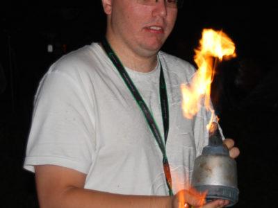 Alex i jego palnik służyli nieocenioną pomocą przy rozpalaniu grilla.