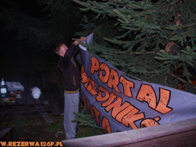 Dzielny Bonus sam poradził sobie z powieszeniem banneru.