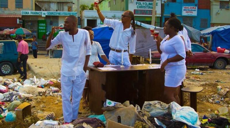 Haïti : Pour ridiculiser la bourgeoisie, des jeunes organisent un dîner en blanc sur les ordures