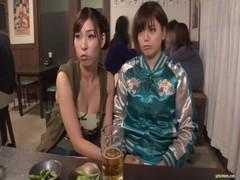 居酒屋でイチャつきだすレズカップルのrezu動画