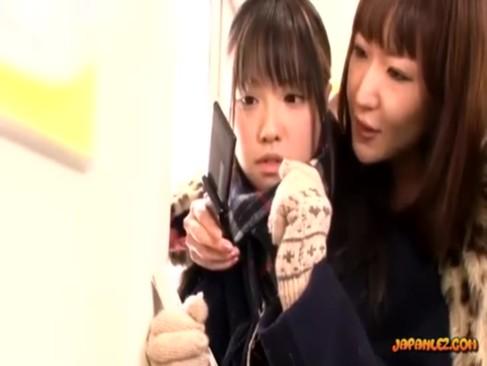 ドSレズビアンに電車の中でレイプされる妹系美少女!成す術もなくただ行為を受け入れるしかないrezu動画