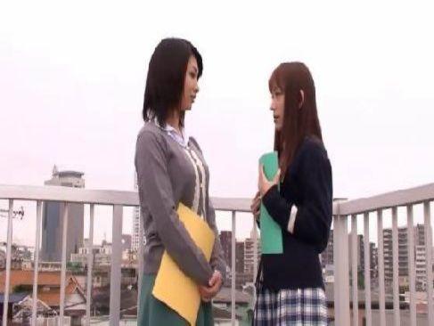 可愛い制服ギャルと新任の女教師が学校でレズビアンプレイに浸かっていく女性用無料動画