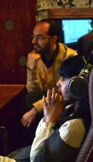 Paco Escobar y Roser Ferrer-Morató, escuchando atentamente la grabación.