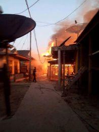 Suasana di tengah perkampungan saat kebakaran terjadi