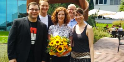 Im Bild Organisator Mario Hachemer, Manuel Elbert und Thais Coelho (rechts) mit Jasmin Eckert und Raphael Schlappa vom FIZ Frankfurter Innovationszentrum Biotechnologie bei der offiziellen Unterzeichnung des Mietvertrages für das Startup Weekend (Bild: Startup Weekend Rhein-Main)