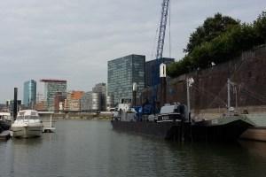 Kaimauer Sanierung Hafen Düsseldorf - Arbeitsschiff Widder aus Wesel