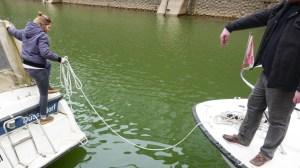 Abschleppen einer Motoryacht auf dem Rhein am Karfreitag 2018 - Klabautermann wird mit Leinen verholt