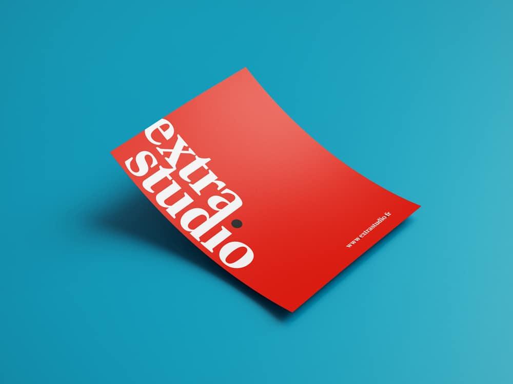 Le logo d'extra.studio mis en scène sur leur carte de communication