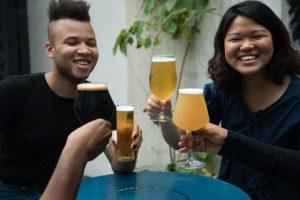 how does alcohol affect men vs women people raising glasses