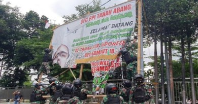 Prajurit TNI turunkan baliho Habib Rizieq